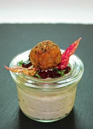 Blumenkohl-Parfait mit rote Beete und Zwiebel-Falafel