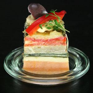 Gemüse-Frittata mit Humus und Oliven