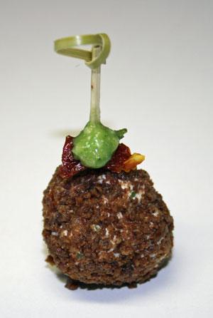 Frischkäsetrüffel mit getrockneten Tomaten und Pesto